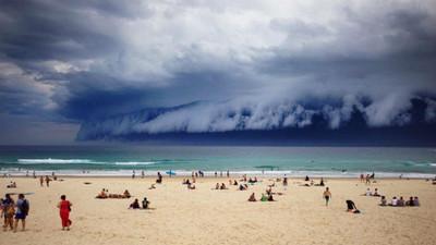 天空一面而來的海浪雲景…是要世界末日了嗎?