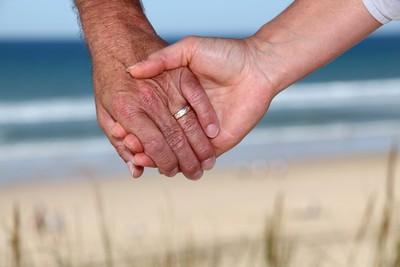 老爸愛上女兒前男友 全家住一起