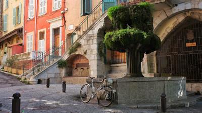 單車伴他寂寞旅行,龍頭掛上兩袋行李說走就出發!