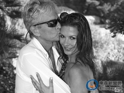 麥克雙手環抱3貼猛親老婆! 凱薩琳甜慶結婚15周年