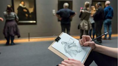 博物館禁止相機入內 想留念?用畫的吧!
