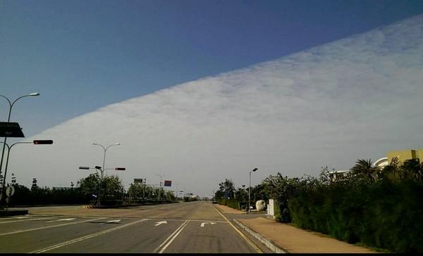 天空被高積雲切一半了! 鄭明典:看到這種景象不容易