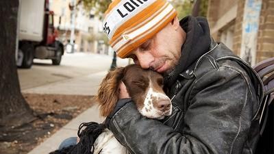 寒冬中緊緊擁抱!即使遊民一毛錢都沒有,狗狗也不離不棄