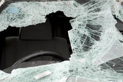 路牌變危險凶器 砸爆路過女駕駛