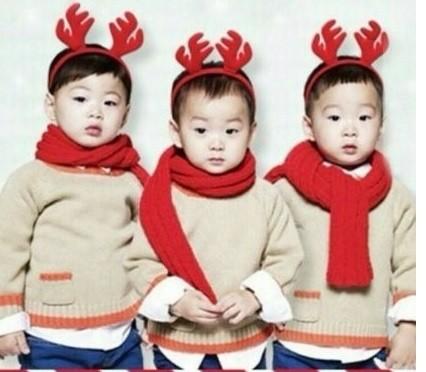 「三胞胎」大韩民国万岁送圣诞礼 现街头噘嘴送啾咪!(图/翻摄自韩网)