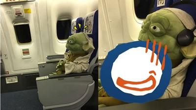 搭飛機旁邊坐了尤達大師…話說手上那杯是原力汁嗎?