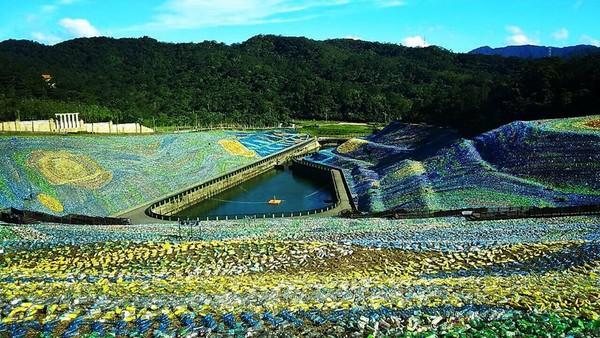 ▲400萬支寶特瓶打造成的梵谷名畫星空草原。(圖/翻攝自星空草原粉絲專頁)