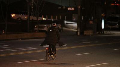 《歌謠大戰》凌晨收工,剛騎單車下班的人…歐巴是你?