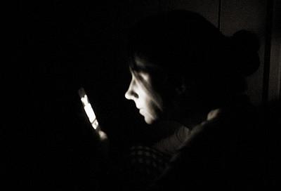 接到自己號碼來電?美國真實故事:受困電話裡的人是誰