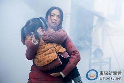 湯唯母愛噴發!抱幼童拍爆破戲:不可以讓他們吸到廢氣