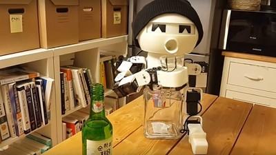 一個人喝悶酒?別啦!跟「陪酒機器人」乾杯吧~