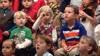 讓聽障爸媽「看」見表演,小女孩活潑手語成暖焦點