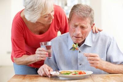 食物吞不下...險插鼻胃管過年!家中長輩「助吞嚥」技巧曝