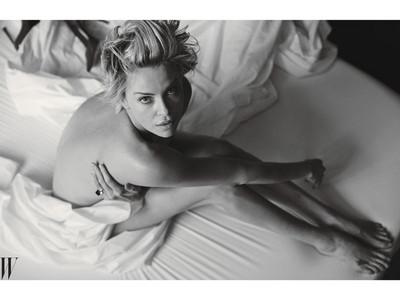 《瘋狂麥斯》莎莉賽隆全裸床照 蘆筍腿+美背超辣