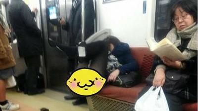 電車內四腳朝天「爆睡女」 黑絲底褲被看光光