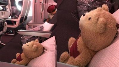 搭飛機旁邊坐了熊麻吉,可以陪我唱雷雷歌嗎?