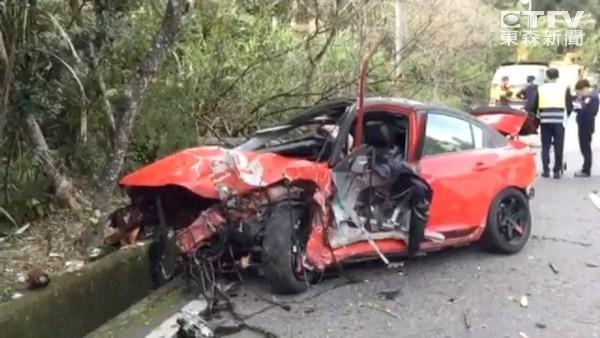 中潭公路過彎自撞!車身成廢鐵 夫妻被甩出車外1死1傷