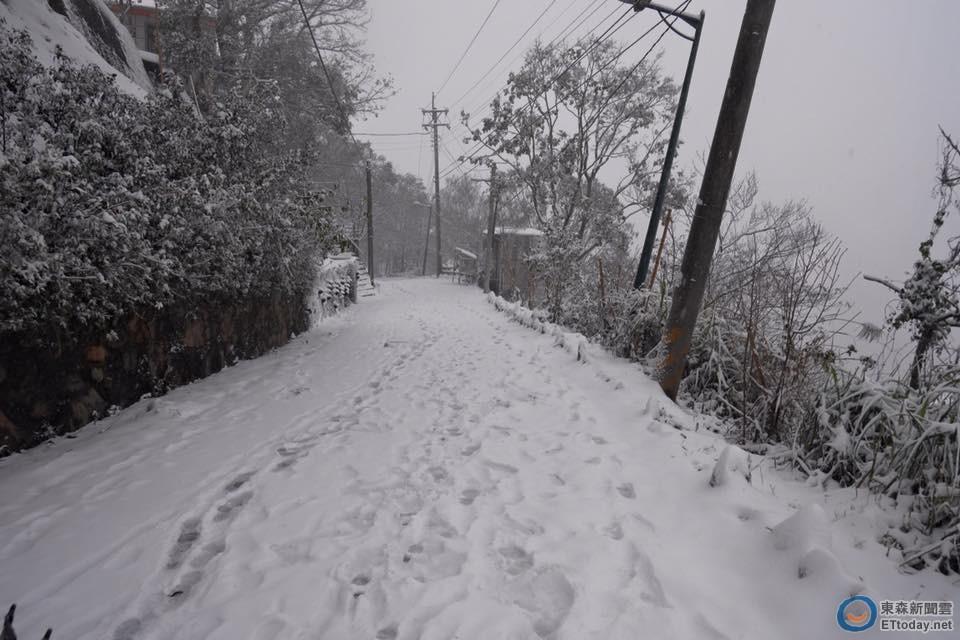20年罕見!拉拉山神木風景區大飄雪 汽車要「滅頂」啦
