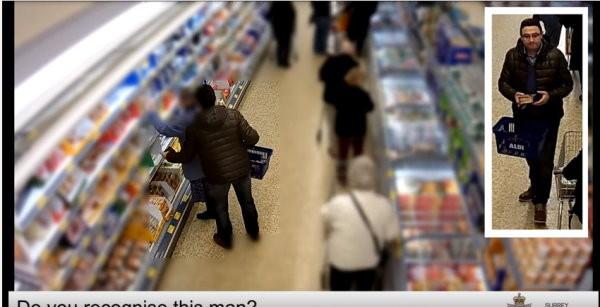 超囂張!英老婦舉手拿商品 扒手直接摸走她錢包