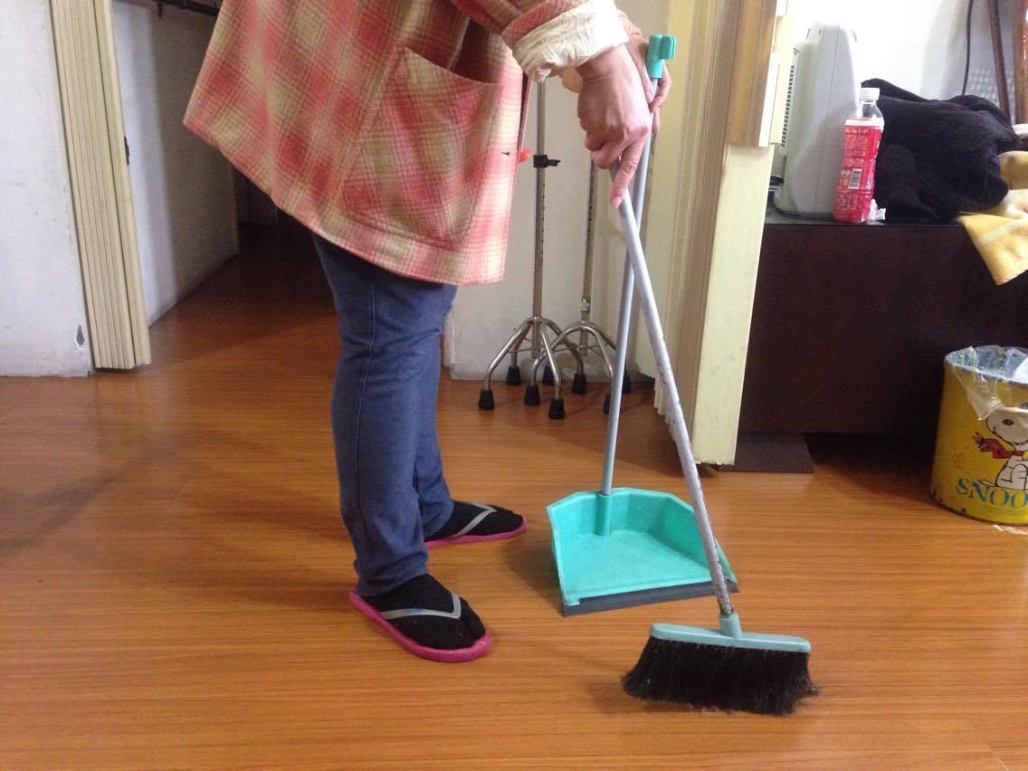 掃地,做家事。(圖/記者李佳蓉攝)