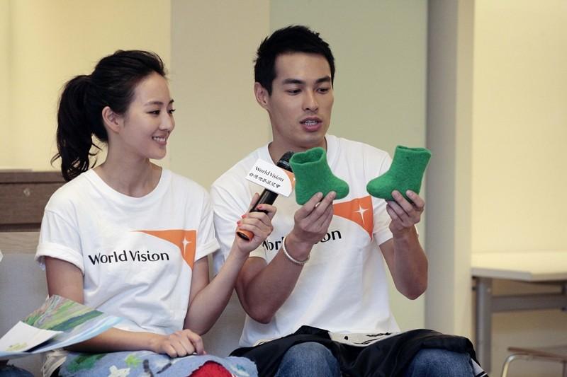 張鈞甯、楊祐寧展示從蒙古帶回來的禮物。圖/台灣世界展望會提供