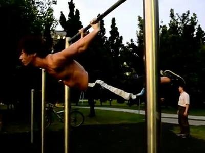 台大真強者單手拉單槓 繃緊腹肌示範「空氣盪鞦韆」