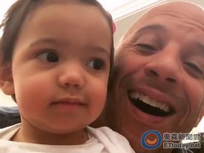 馮迪索父愛滿溢 甜抱1歲女「這是妳的第一個情人節」