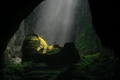 地表最大洞有多大?洞內石筍大到能拿來當山爬