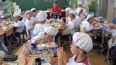 禮貌從小教起,日本小學生的午餐禮儀讓姐跪了..