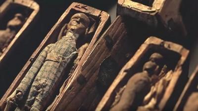 一群人郊外抓野兔,竟在洞穴發現17個神秘小棺材