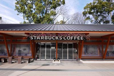 Plantica所裝飾設計的星巴克上野恩賜公園店入口處。