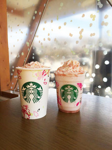 (左)焦糖櫻花巧克力拿鐵 小杯 日幣420元、中杯 日幣460元、大杯 日幣500元、特大杯(R) 日幣540元 (右)焦糖櫻花巧克力星冰樂(R)  中杯 日幣520元、大杯 日幣560元、特大杯(R) 日幣600元