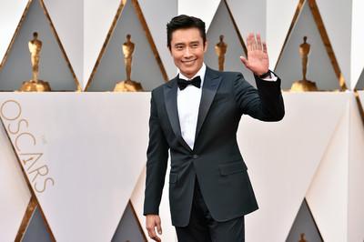 奧斯卡/南韓演員第一人!李秉憲回春現身紅毯啦