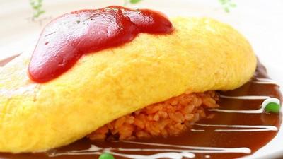鍋中蛋液兩邊壓一壓,滑嫩起司蛋包就上桌囉!