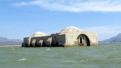 浮出水面的湖中教堂,看到這兩個穹頂就代表災難來了