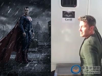 蝙蝠俠賊頭賊腦潛入超人休息室...打開竟都「布置」好