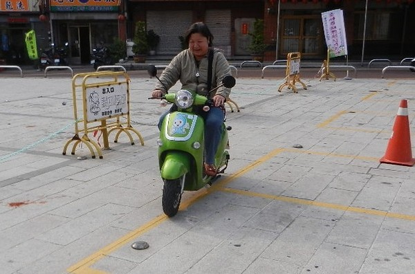 交部修法!電動自行車改名輕型機車 上路需考照+戴安全帽