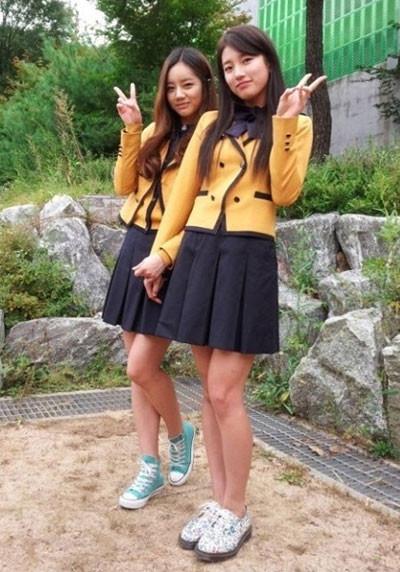 miss A秀智和Girl`s Day惠利(左)一起拍攝高中畢業照。(圖/取自網路)