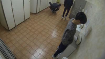 清新女大學生進男廁打掃,你還噓的下去嗎?