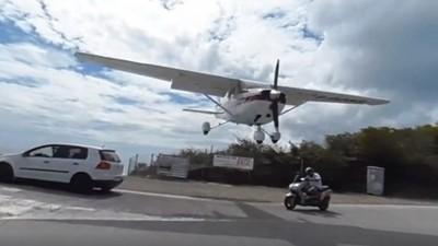 飛機降落還站跑道拍,白目差點連頭都被削掉!