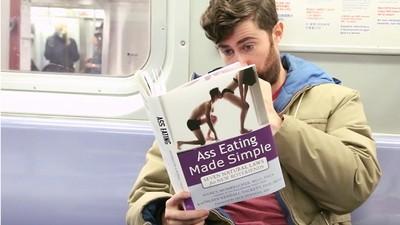 在捷運上讀《吃屁就能交男友》,路人全都看傻了