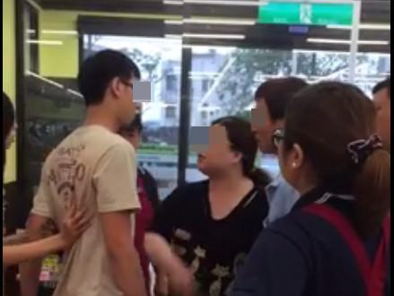 婦罵無辜店員 情侶正義救援遭掐脖嗆:年紀比我兒子小