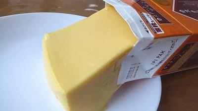 打開牛奶盒倒一杯...欸~(゚Д゚;)居然倒出一塊布丁!