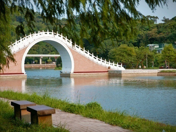 凱旋門(圖/翻攝自http://franceanna.weebly.com)、大湖公園拱橋(圖/翻攝自319.com.tw)