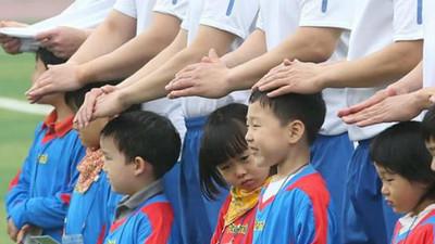 天下父母心!足球場降雨選手為球童撐起「手雨傘」