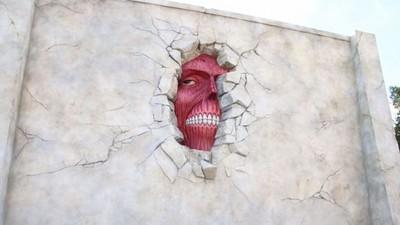 大阪環球影城壁之巨人,藏在牆裡面的姿勢好令人在意啊
