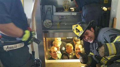 自家兄弟自己救!消防員出動解救受困電梯內的人是...