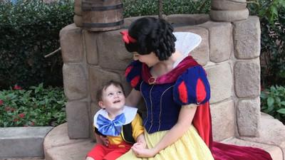 一見鍾情的魔法!自閉症男孩戀上白雪公主露出甜甜笑容