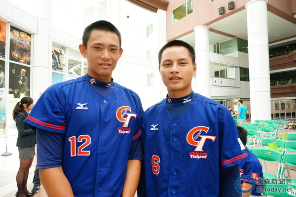萬昭清(右)、林鋅杰(左)出席2016年賀寶芙少棒賽記者會勉勵學弟。(圖/記者許雅筑攝)