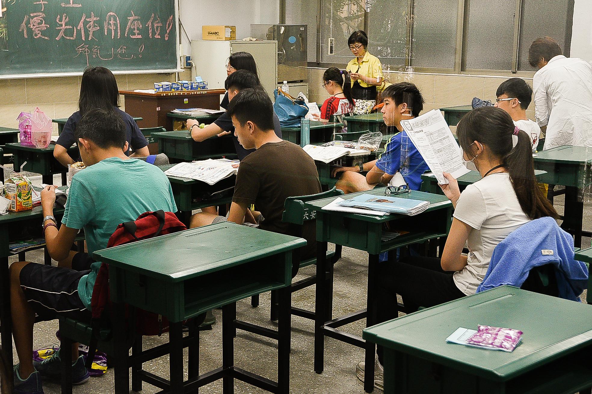 105年國中教育會考,考生,考場,陪考(圖/記者張一中攝)